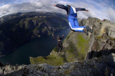 base jump second photo falaise vide montagnes alpes parachutes docu film
